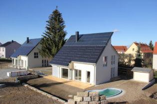 Energieautarke Häuser setzen auf ein neues Heiz- und Energiekonzept mit energieeffizienter Fußbodenheizung und Bodenfliesen