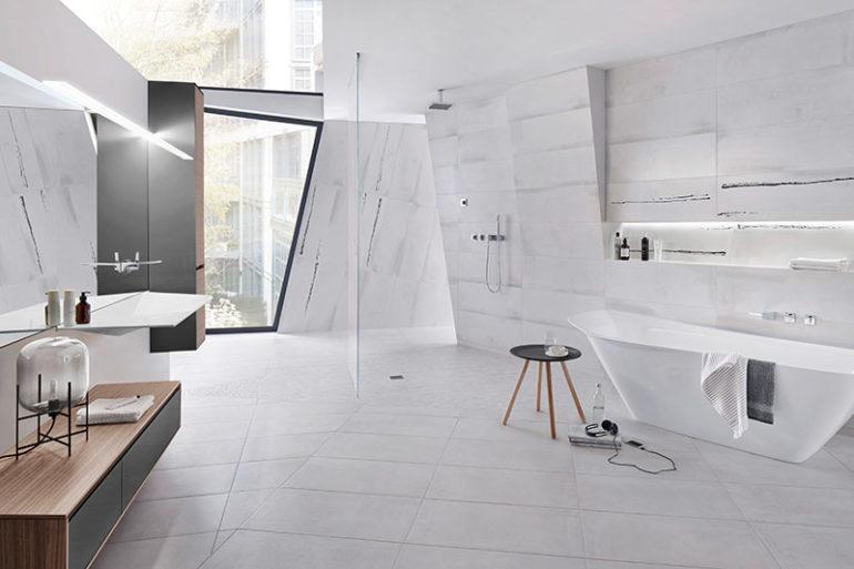 Großformatige Wandfliesen lassen das Bad größer wirken