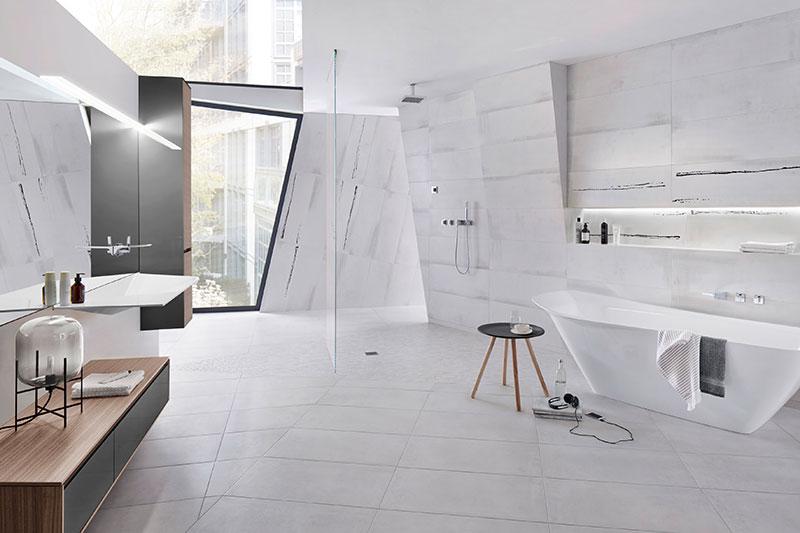 designbad konzept mit fliesen in xxl bundesverband keramische fliesen e v. Black Bedroom Furniture Sets. Home Design Ideas