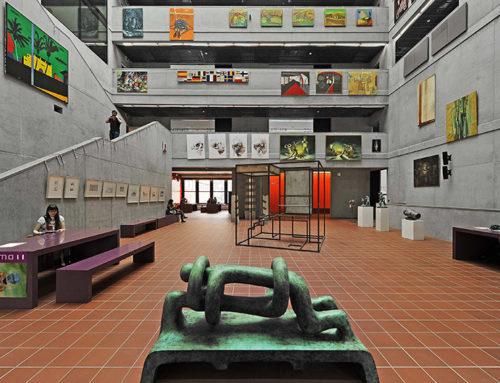 Neue Architekturschmiede für die TU-PragMinimalistisch-konsequentes Gegenwartsdesign in spannendem Mix mit rustikaler Spaltplatte