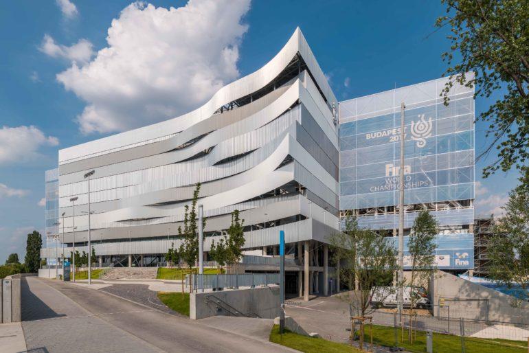 Aufsehenerregende Fassadenarchitektur: Die Duna Aréna in Budapest zieht mit einer auskragenden , dreidimensionalen Fassade die Blicke auf sich