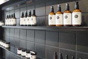 """Das Shop-Design der exklusiven Naturkosmetik-Marke """"Oliveda"""" ist geprägt durch die schwarzen Fliesen des Herstellers Agrob Buchtal."""
