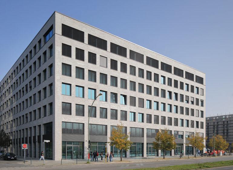 Nachhaltige Fassadengestaltung: Bürogebäude mit Klinkerriemchen der Firma Ströher