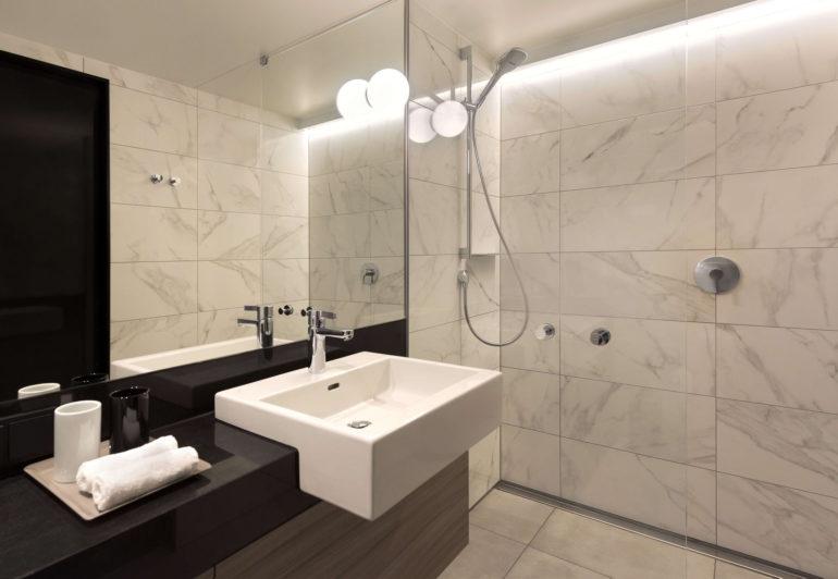 Badfliesen in Marmoroptik erzeugen eine ebenso elegante Optik im Bad wie echter Marmor, sind aber wie alle Wandfliesen aus Keramik ausgesprochen reinigungsfreundlich und putzmittelresistent.Badezimmer