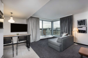 Hotelzimmer mit Bodenfliesen