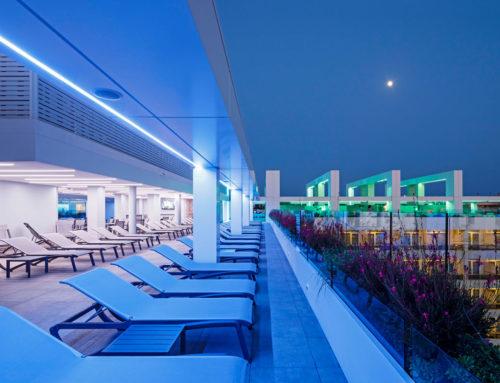 Rooftop-Pool / Hotel Olympus Palace in Salou/SpanienGroßformatige Keramikfliesen verleihen Pool-Landschaft eine großartige Wirkung